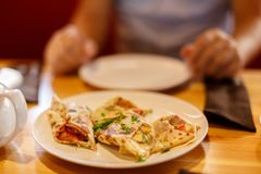 开胃薄煎饼与肉装填和洒用在一张桌上的葱在咖啡馆 免版税库存图片