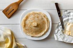 开胃薄煎饼用在一张木桌上的黄油 刀子, VA 免版税图库摄影