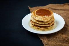 开胃薄煎饼用在一张黑暗的桌上的蜂蜜 菜单,餐馆食谱概念 服务  免版税库存图片