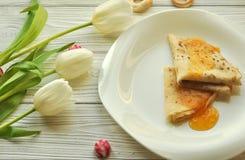 开胃薄煎饼用果子阻塞, yelow郁金香、叉子和刀子 图库摄影