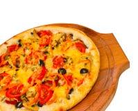 开胃薄饼用在木盘子的乳酪, 免版税库存图片