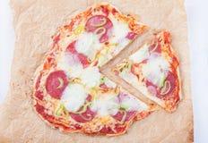 开胃薄饼用火腿无盐干酪乳酪在纸的蕃茄胡椒削减了片断 免版税库存照片