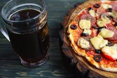 开胃薄饼用蒜味咸腊肠、无盐干酪和橄榄和两个杯子 库存照片