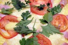 开胃薄饼用蕃茄、烟肉和乳酪当背景顶视图 免版税库存照片