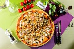 开胃薄饼用蘑菇、肉、乳酪、调味汁和草本o 库存照片