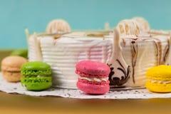 开胃蛋糕用另外巧克力在macarons附近装饰 免版税库存图片