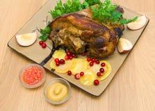 开胃被烘烤的猪肉指关节特写镜头。顶视图-水平的酸碱度 库存图片