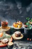 开胃被烘烤的苹果充塞用葡萄干和坚果 被烘烤的在金属平底锅的苹果用甜果酱山莓果酱和核桃 Fres 免版税库存图片