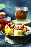 开胃被烘烤的苹果充塞用葡萄干和坚果 被烘烤的在金属平底锅的苹果用甜果酱山莓果酱和核桃 Fres 库存图片