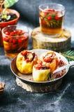 开胃被烘烤的苹果充塞用葡萄干和坚果 被烘烤的在金属平底锅的苹果用甜果酱山莓果酱和核桃 Fres 免版税库存照片