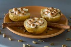 开胃被烘烤的苹果用酸奶干酪、桂香和蛋白软糖 免版税图库摄影