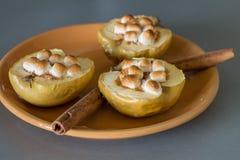开胃被烘烤的苹果用酸奶干酪、桂香和蛋白软糖 库存图片