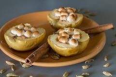 开胃被烘烤的苹果用酸奶干酪、桂香和蛋白软糖 免版税库存图片
