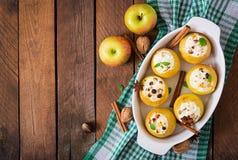 开胃被烘烤的苹果用酸奶干酪 免版税库存图片