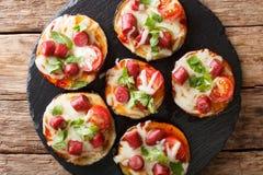 开胃被烘烤的茄子用乳酪,蕃茄,香肠克洛 免版税图库摄影
