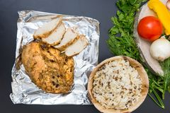 开胃被烘烤的鸡胸脯大角度看法在箔的近 库存照片