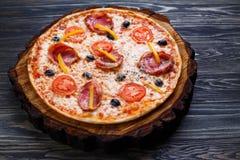 开胃西西里人的薄饼用烟肉、橄榄和蕃茄服务 免版税库存照片