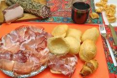 开胃酒和晚餐用蒜味咸腊肠和油煎的饺子 免版税图库摄影
