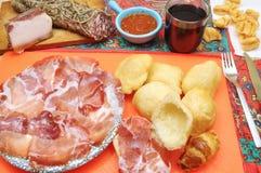 开胃酒和晚餐用蒜味咸腊肠和油煎的饺子 免版税库存照片