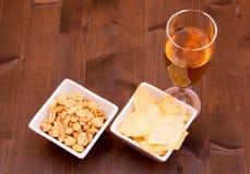 开胃酒和椒盐脆饼在木头从上面 免版税库存图片