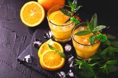 开胃酒用伏特加酒、橙汁和薄菏 螺丝刀鸡尾酒 免版税库存图片