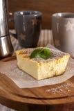 开胃酸奶干酪砂锅和杯子 库存图片