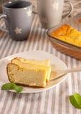 开胃酸奶干酪砂锅和杯子 免版税库存图片