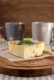 开胃酸奶干酪砂锅和杯子 免版税库存照片