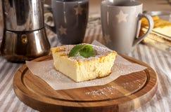 开胃酸奶干酪砂锅和杯子 免版税图库摄影