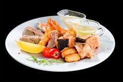 开胃金枪鱼排用蕃茄、柠檬和调味汁在白色pl 库存图片