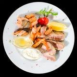 开胃金枪鱼排用蕃茄、柠檬和调味汁在白色pl 免版税库存图片