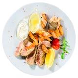 开胃金枪鱼排用蕃茄、柠檬和调味汁在白色pl 库存照片
