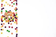 开胃金黄多福饼洒与五颜六色的巧克力药丸 库存照片