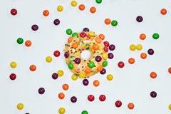 开胃金黄多福饼洒与五颜六色的巧克力药丸 图库摄影
