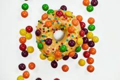 开胃金黄多福饼洒与五颜六色的巧克力药丸 免版税库存图片
