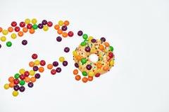 开胃金黄多福饼洒与五颜六色的巧克力药丸 免版税库存照片