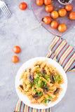 开胃面团用油煎的蘑菇、蕃茄和新鲜的草本 库存照片