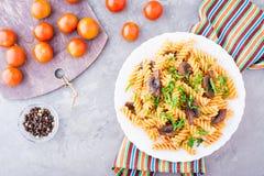 开胃面团用油煎的蘑菇、蕃茄和新鲜的草本 免版税库存图片