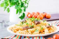 开胃面团用油煎的蘑菇和新鲜的草本在板材 库存图片