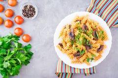 开胃面团用油煎的蘑菇和新鲜的草本 免版税图库摄影