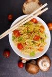 开胃面团用蕃茄和绿色,在蕃茄、蘑菇和筷子旁边 免版税库存照片