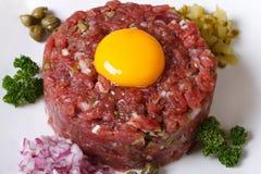 开胃鞑靼的牛肉特写镜头水平的顶视图 免版税库存图片