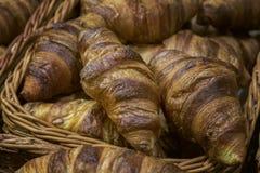 开胃饼干和甜酥皮点心,可口新鲜的新月形面包 免版税图库摄影