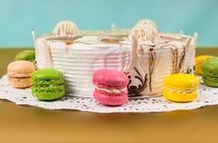 开胃饼用巧克力在黄色的macarons附近装饰 免版税库存照片