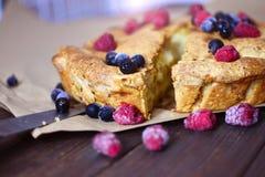 开胃饼蛋糕用莓果 免版税库存照片