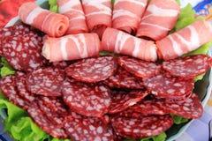 开胃香肠和肉在桌上 库存照片