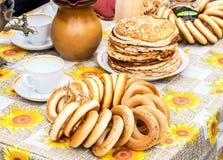 开胃鲜美百吉卷、堆油煎的薄煎饼,俄国式茶炊和ta 免版税库存图片