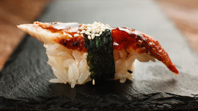 开胃鳗鱼寿司在黑板岩特写镜头服务 免版税库存照片