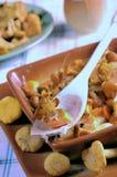 开胃黄蘑菇油煎了金黄 免版税库存图片