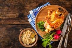 开胃巴伐利亚人烤猪肉指关节用德国泡菜 免版税库存照片